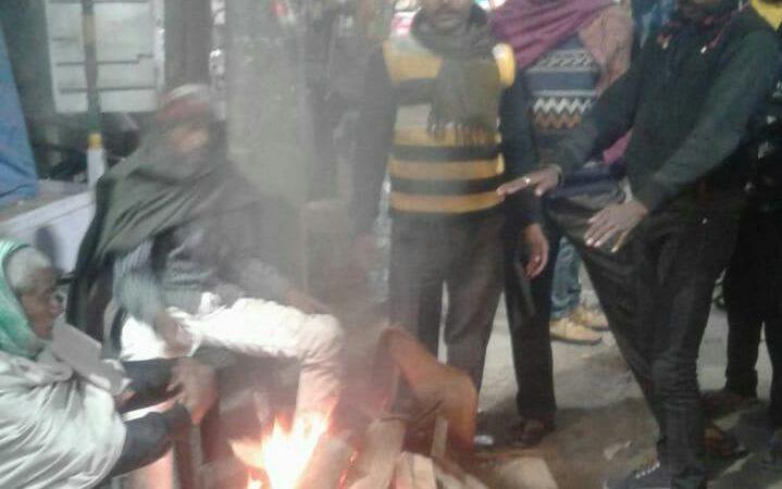 ठंड को देखते हुए लगातार नगर परिषद जहानाबाद ने जलाए अलाव
