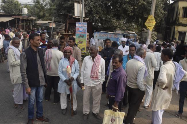 प्रखंड कार्यालय के बाहर लगी रही समर्थकों की भीड़