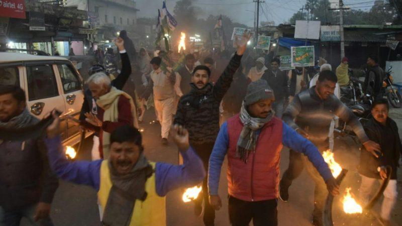 कल बिहार बंद को ले आज शाम  राष्ट्रीय जनता दल ने निकाला मशाल जुलूस
