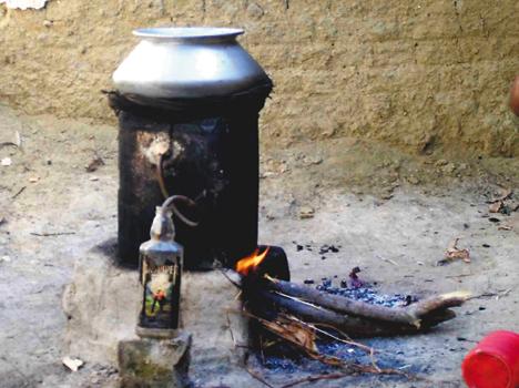 उचिटा व वनबरिया गांव में पुलिस की छापेमारी जावा महुआ किया गया नष्ट, तीन लोग धराए