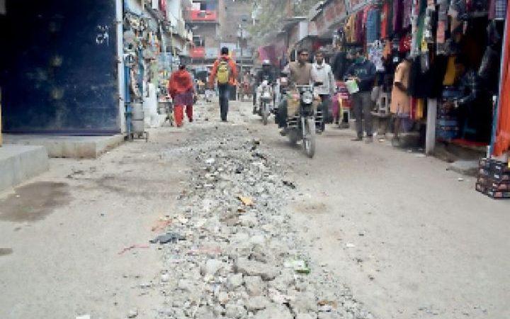 शहर की कई मुख्य सड़कों और गलियाें को तोड़कर छोड़ने से हो रही भारी परेशानी