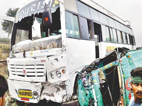 आॅटो चालक ने स्कूली बस का तोड़ा शीशा