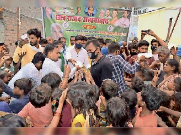 जहानाबाद: लालू के जन्मदिन पर गरीबों को खिलाया गया खाना