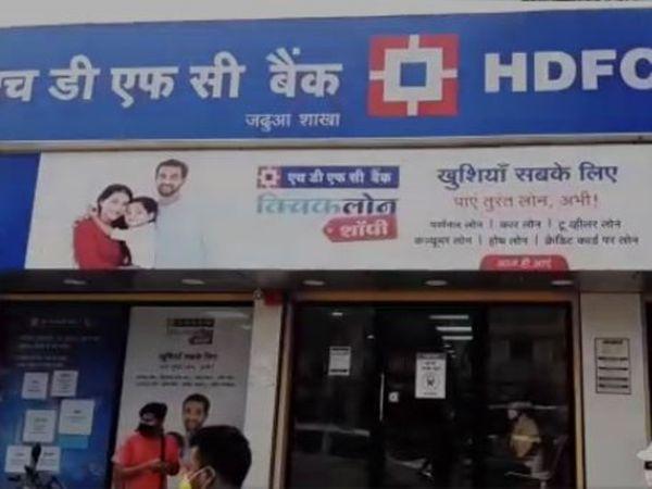 हाजीपुर में 1.19 करोड़ की लूट:HDFC बैंक खुलते ही अंदर घुस गए 5 लुटेरे, कर्मचारियों को बंधक बनाया, बोरे में रुपए भरकर ले गए; CCTV में कैद हुई वारदात